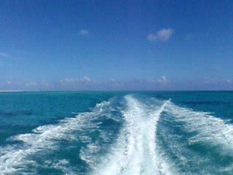 はての浜から戻るボート。波の芸術。