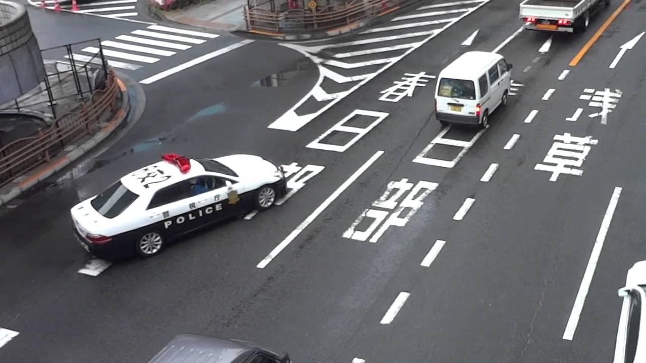 交通機動隊パトカーが違反車の追...