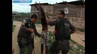 Flagrante impressionante durante operação policial no Complexo do Lins