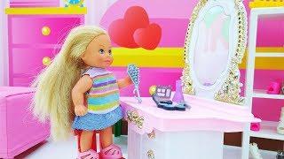 Кукла Барби идет к лучшей подружке. Видео для девочек