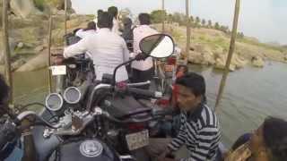 Хампи. Индия. Переправа через реку на мотоцикле.