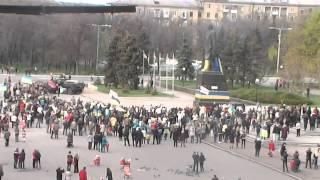 Снос памятника Ленину г Краматорск 17 04 15 город под Украиной! вот так спровляются с памятью