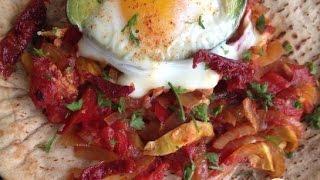 Яйца запеченые в авокадо. Мексиканская кухня