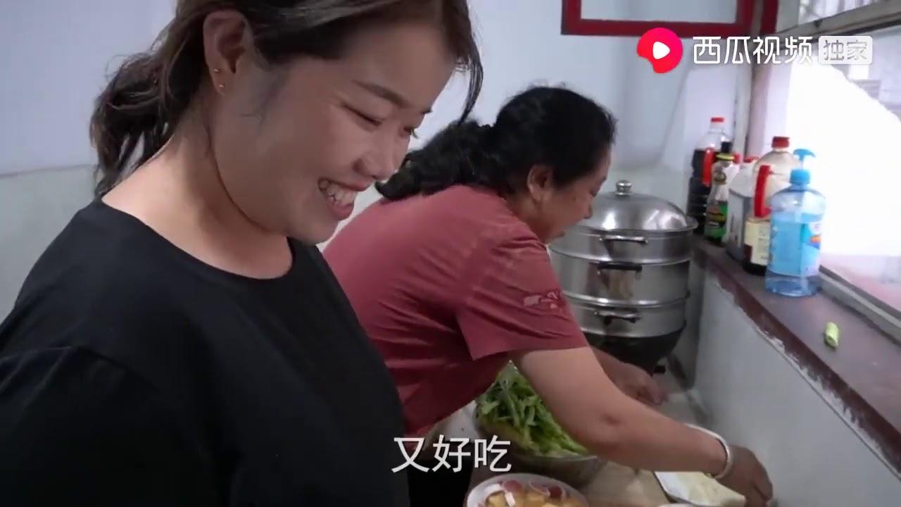 妈妈家常菜:下雨天,小夏花32元买一堆菜,一家人围在炉子旁吃火锅真暖和超清版