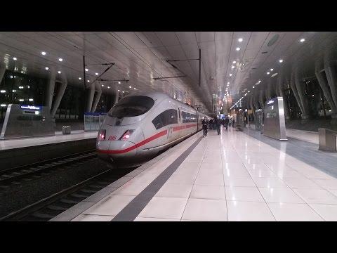 Bahnverkehr im Frankfurter Flughafen Fern- + Regionalbahnhof im Dezember 2015