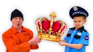 प्रेटेंड प्ले पुलिस मुकुट चोरी हो गया था
