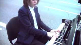 Девушка поет и играет на пианино на МКАД