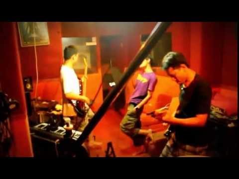 tonton video saat april band uprealband.com latihan, tanpa diedit lho