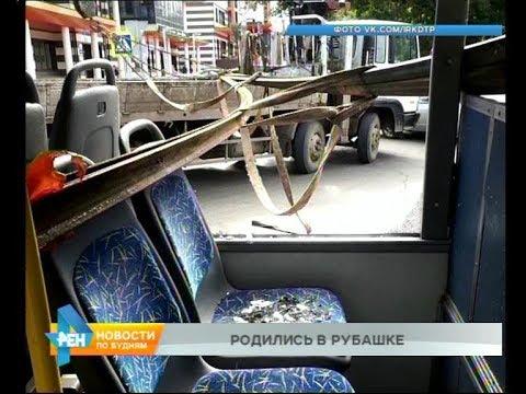 Металлоконструкциями пробило окна троллейбуса в Иркутске. Пострадала женщина