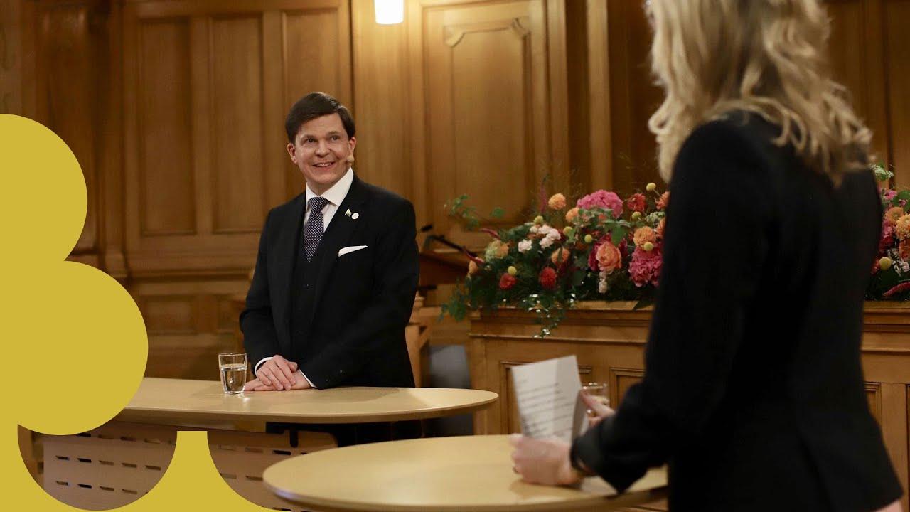 Talman Andreas Norlén blir intervjuvad.