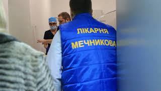 Раненых в Бердянске полицейских доставили в больницу Мечникова