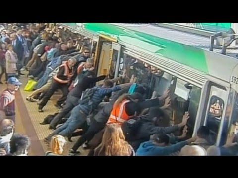 Пассажиры наклонили вагон поезда, чтобы помочь застрявшему мужчине (новости)