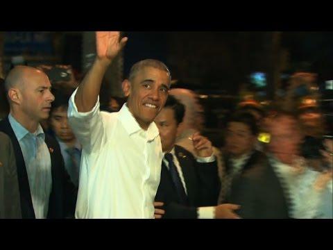 Crowds greet Obama as he leaves Hanoi restaurant