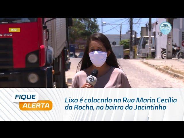 Lixo é colocado na Rua Maria Cecília da Rocha, no bairro do Jacintinho