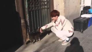 EXO Chanyeol playing with a cat