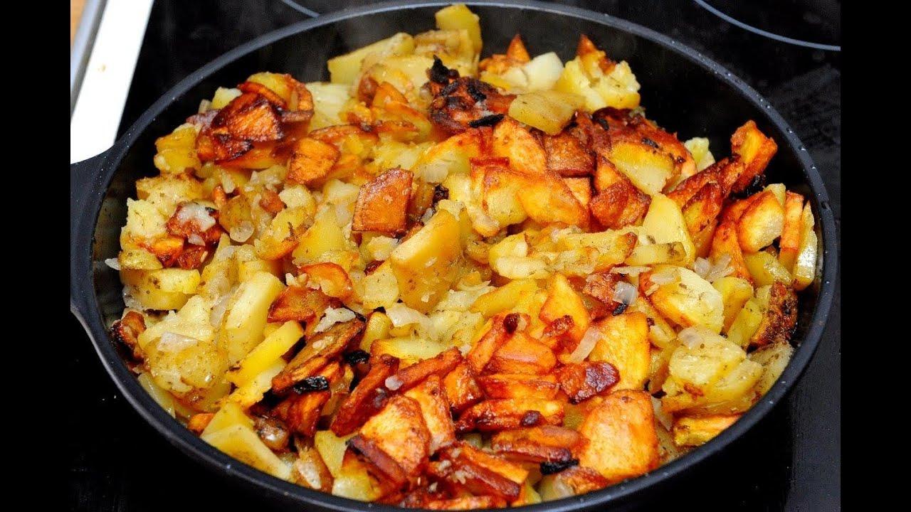жареная картошка с овощами на сковороде