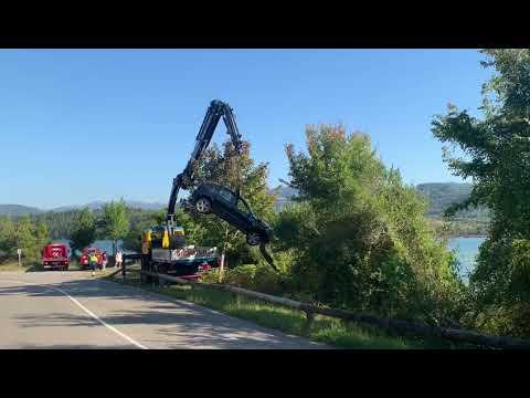 VÍDEO Sacan un coche que se precipitó a la Ría de Villaviciosa