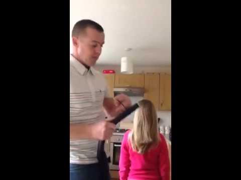 Un Papa Coiffe Sa Fille Avec Aspirateur Youtube