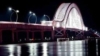 Jembatan tayan dilihat dari sungai
