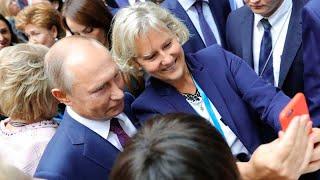 В Петербурге женщины обступили Владимира Путина ради селфи