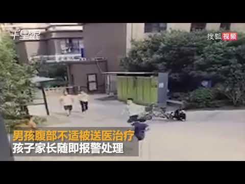 视频:男孩小区口踢球误踢中人 遭男子十米冲刺踹飞