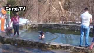 Curaj.TV - S-a scăldat în apă rece ca să-și scoată dracii