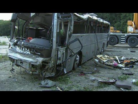 Шокирующие кадры аварии под Новороссийском - на полной скорости автобус врезается во внедорожник.