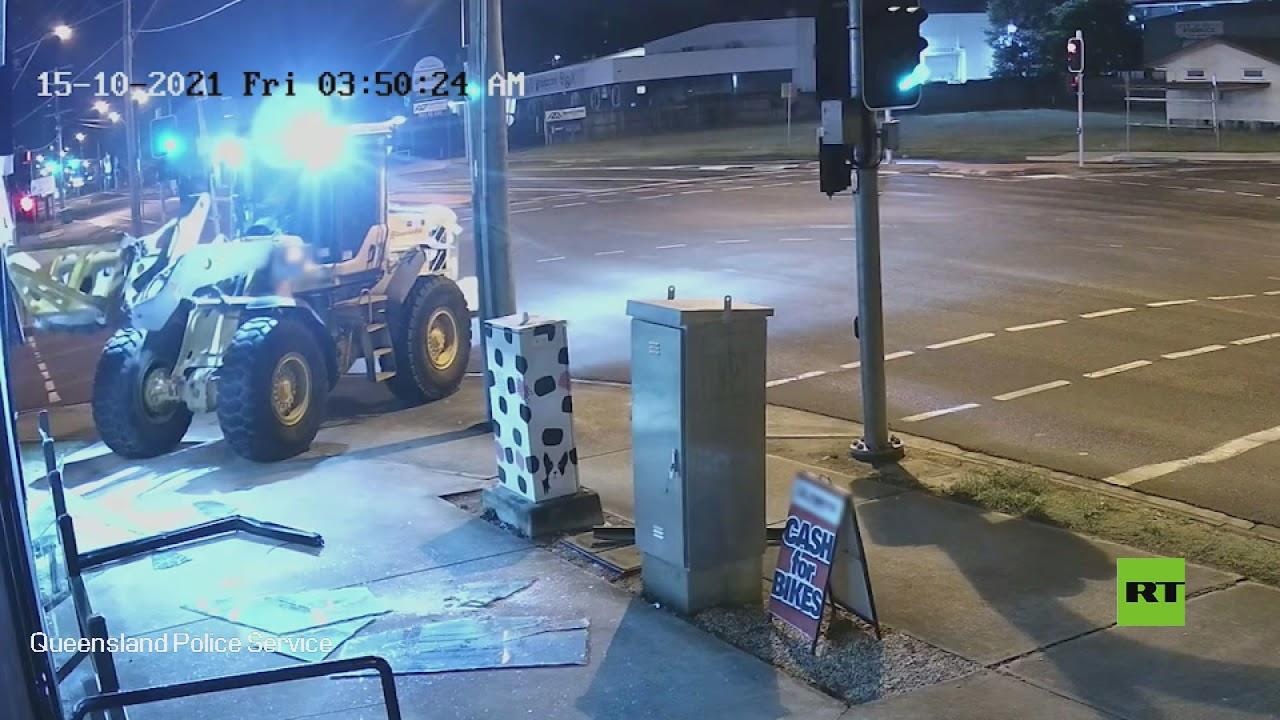 شاهد.. رجل يستخدم جرافة لتنفيذ عملية سرقة  - نشر قبل 9 ساعة