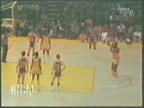 Wilt Chamberlain's freethrow(Worse than shaq) - YouTube