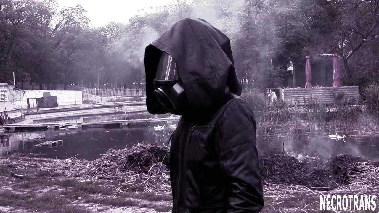 Постапокалиптический этюд: Прогулка возле реки Стикс. Панорамная маска противогаза и кожаная мантия