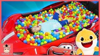초대형 자동차 볼풀장 수영장 만들어서 장난감 선물 찾기 놀이 했어요 ♡ 상어가족 슈퍼윙스 자동차 장난감 놀이 car toys ball pit | 말이야와아이들 MariAndKids
