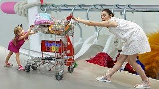 Настя и мама делают покупки в магазине Shopping dress and toys