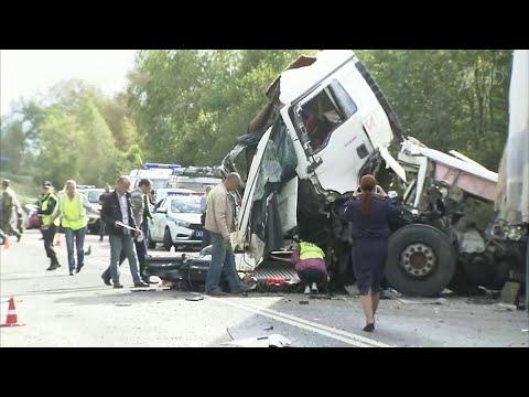 В Ярославской области фура столкнулась с автобусом, восемь человек погибли.