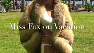 Golden fox fur coat on vacation 😂 🌴