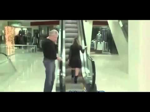 Chết cười với clip troll level thần thánh khi tụt váy chị em đi thang máy