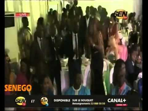 L'accolade entre Waly Seck et Birane Ndour, fils de Youssou Ndour, au King Fahd Palace