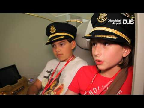Erste Gäste im Emirates A380 am Düsseldorfer Airport: Kinderreporter der WAZ