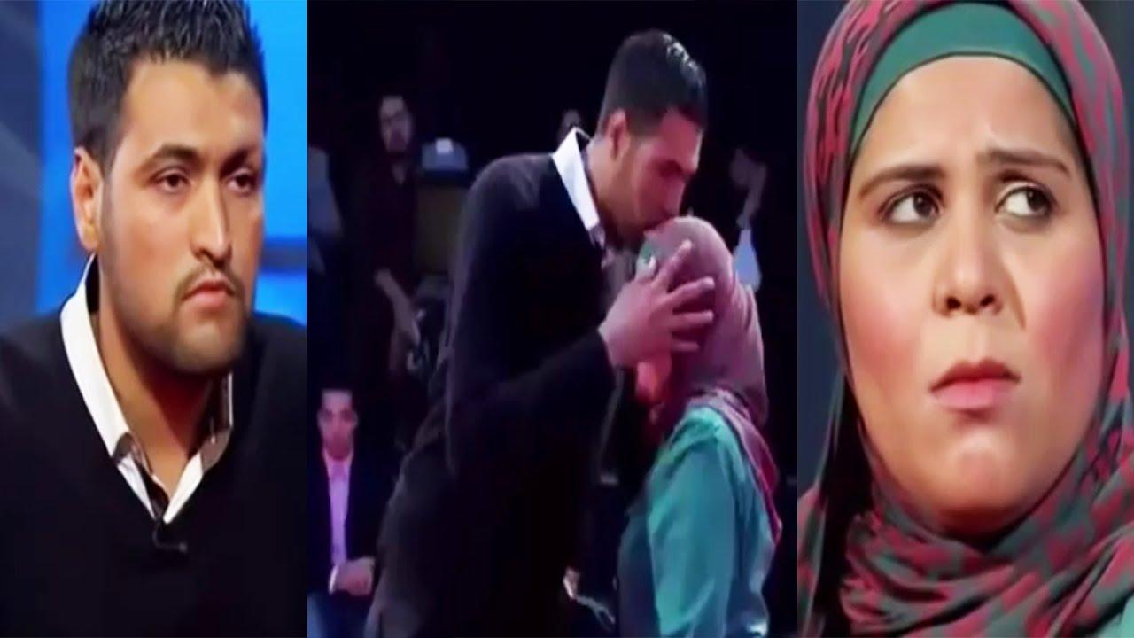 زوج يعود إلى زوجته ويقبلها على الهواء فى المسامح كريم بعد طلاق دام طويلاً وسط تصفيق الحاضرين