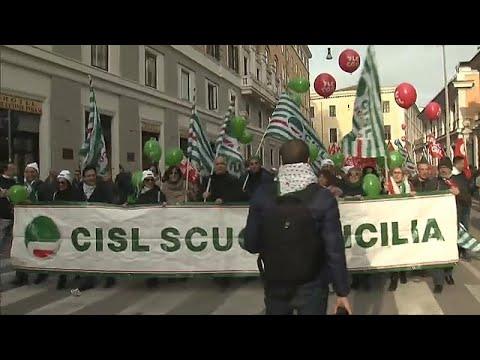 آلاف الإيطاليين يتظاهرون في روما ضد سياسات حكومتهم الاقتصادية …
