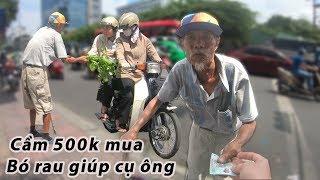Cầm 500k mua hết đống rau giúp cụ ông đội nắng năn nỉ người đi đường