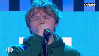 "Gambar cover Lewis Capaldi en live avec ""Someone You Loved"" - Clique - CANAL+"