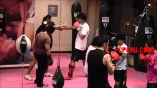 Clases de Muay Thai: Contra ataque – Bloqueo del jab y recto + patada al muslo