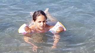 Giochi - Video divertenti- Bimbi che giocano in spiaggia-Video per bambini Rocco e Lucia # 6 Nuota