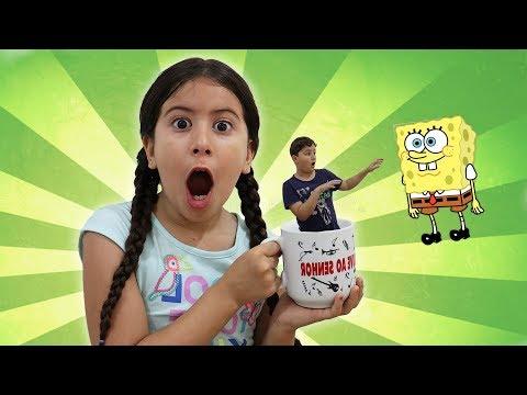 MARIA BRINCA COM  VARINHA MÁGICA E PRENDE JP NA XÍCARA! Pretend to play with magic wand