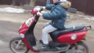 Первый раз на скутере! Тимка жарит!