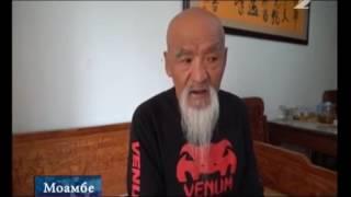 Китайский мастер Кунг-Фу в возрасте 70 лет, сохранил гибкость и подвижность