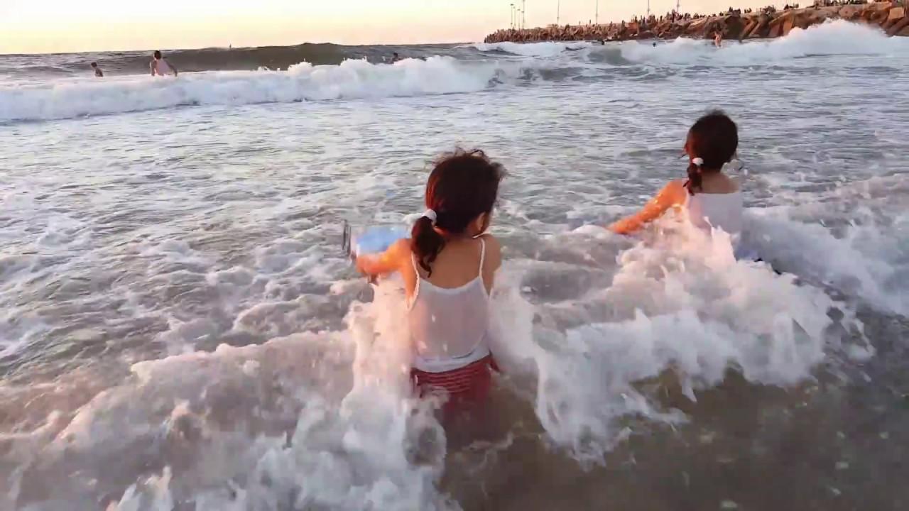 Kids Swimming 3 أطفال يسبحون في البحر Youtube