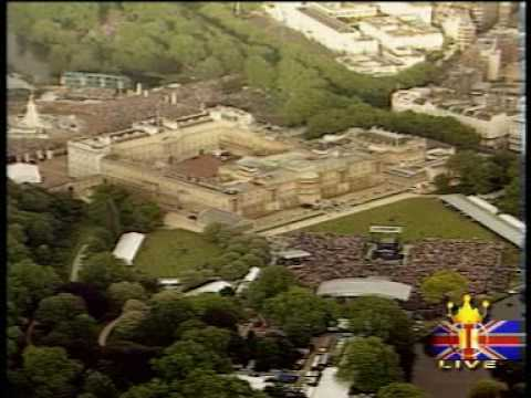 Brian May - God Save The Queen (buckingham palace)