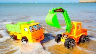 Erkek çocuk oyunları. Kamyon ve Ekskavatör kumda eğleniyorlar.