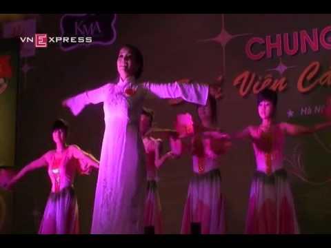 Sinh viên người Lào trổ tài hát tiếng Việt